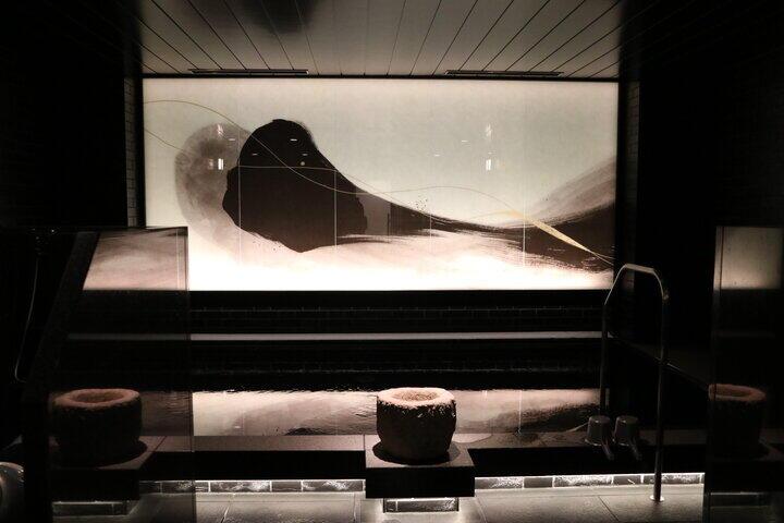 「輪廻」がコンセプトの水墨画を連想させる光壁アートが飾られた女性大浴場