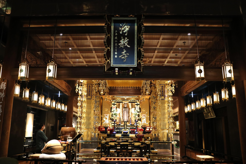 浄教寺の本堂で「朝のおつとめ体験」を実施している