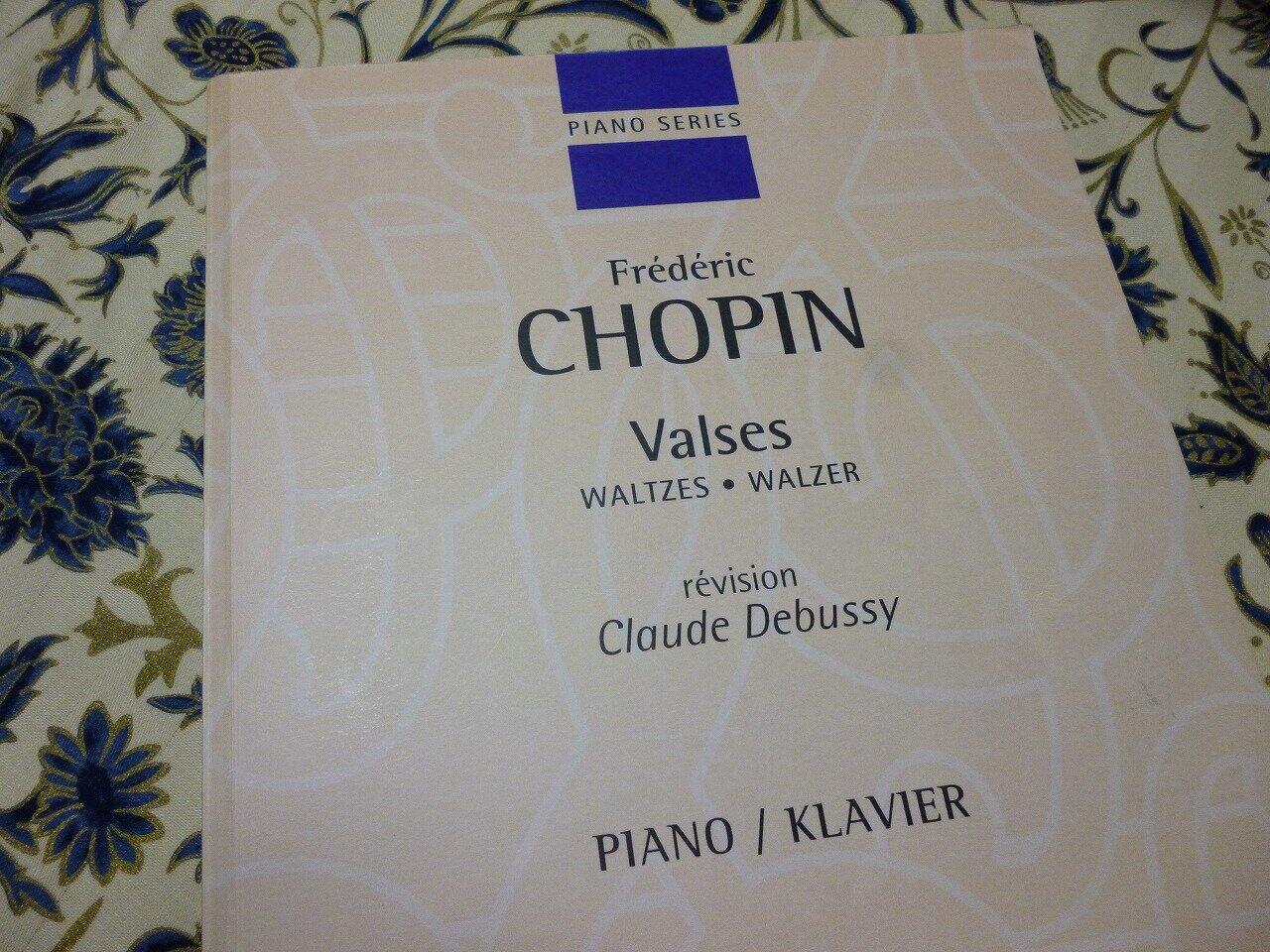 デュラン社より発売されている、ドビュッシー校訂のショパンの楽譜。紙質がお世辞にも良いとは言えなかった水色の旧版と、2005年に装丁も新たに紙質も改善されて発売された新装版