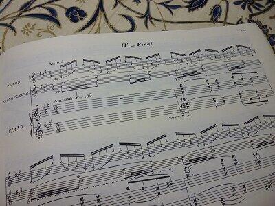 ラヴェルのピアノ三重奏曲の第4楽章の楽譜。華やかなのだが、少し彼にしては強引にまとめたように思える。どうしても出征前に仕上げたかったラヴェルの逸る気持ちが現れているかのようだ