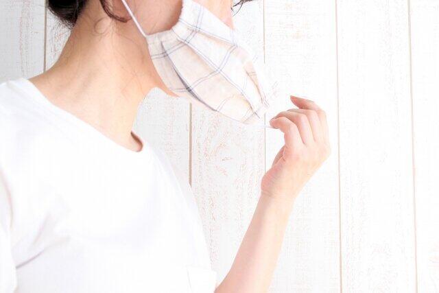 静かなマスク会食にフェイスシールド 食事中のコロナ感染対策が迷走気味