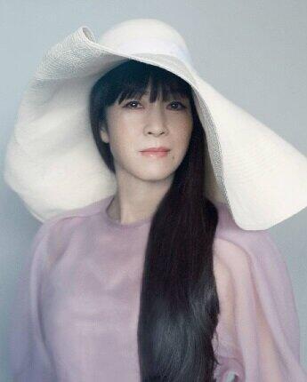 初のウイッグを使って、この曲のために写真をとった坂本冬美(ユニバーサルミュージック提供)