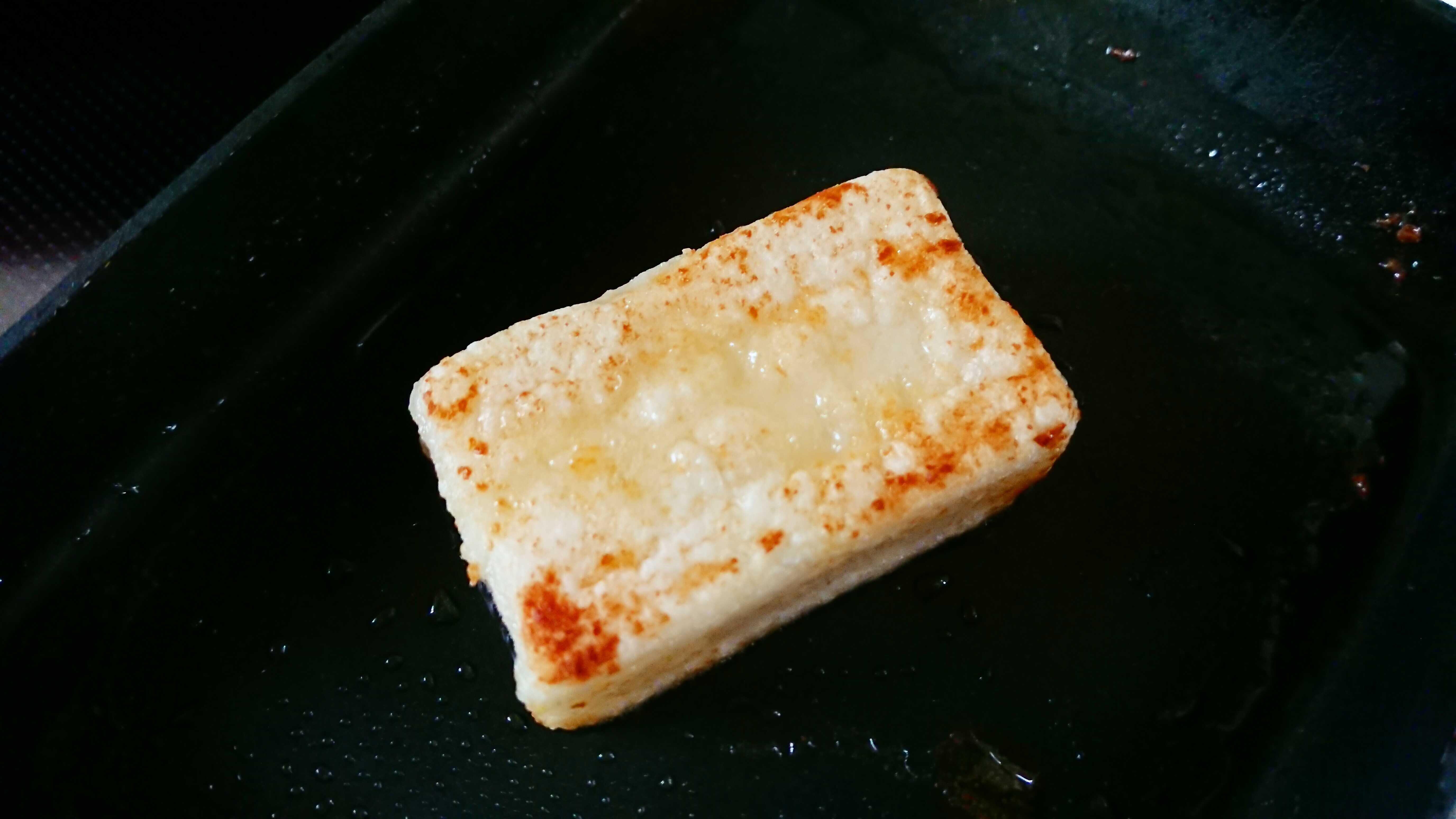 弱火~中火で3分程度、餅をバターに絡めて焼く