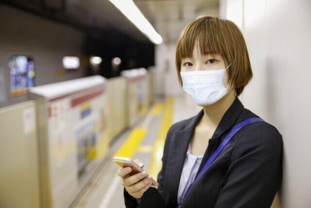 都営大江戸線「7割運行」で激混み 感染者2447人の東京で密な車内が心配