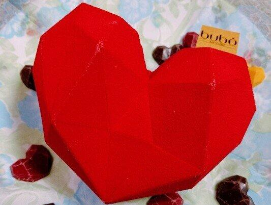 「チョコスカルプチャー ブレイクマイハートビッグ」/周囲の小さなチョコレートは通常、割ると中から出てくる仕様