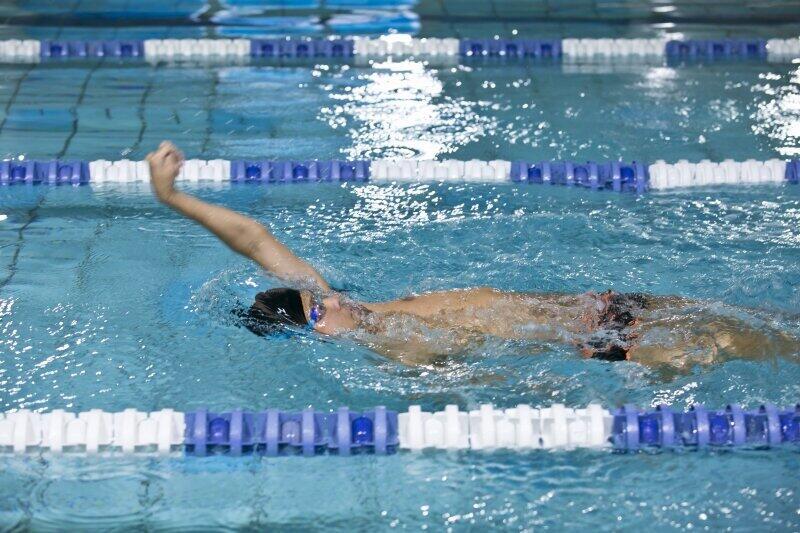 力強く泳ぐ江島選手