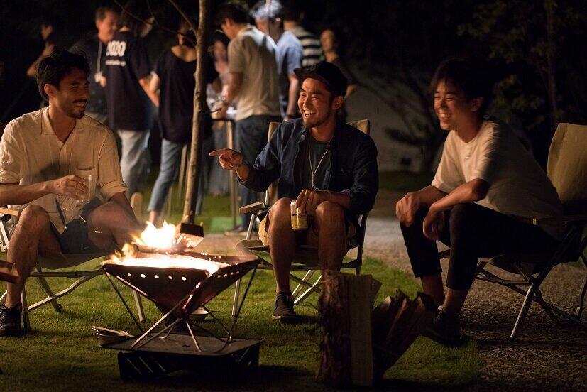 コロナ禍で「密にならない」新人野外研修 テント設営や焚火トークで親睦深める