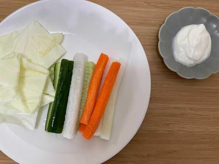 野菜に付けてもおいしい「水切り塩ヨーグルト」