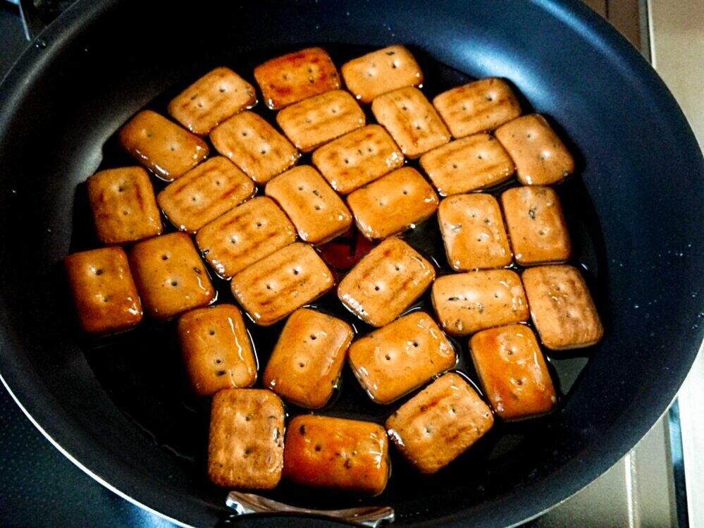乾パンが半分程度浸る量の油をフライパンに入れた
