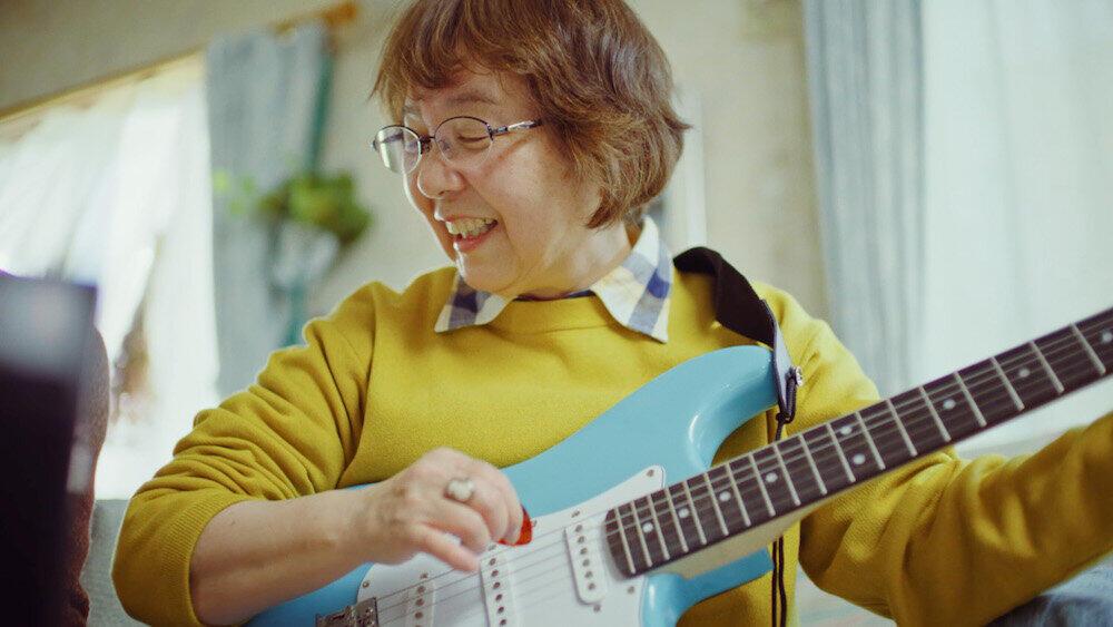 母の日に「エレキギター」? 新たな趣味に挑戦するお母さんら描く「楽天市場」CM