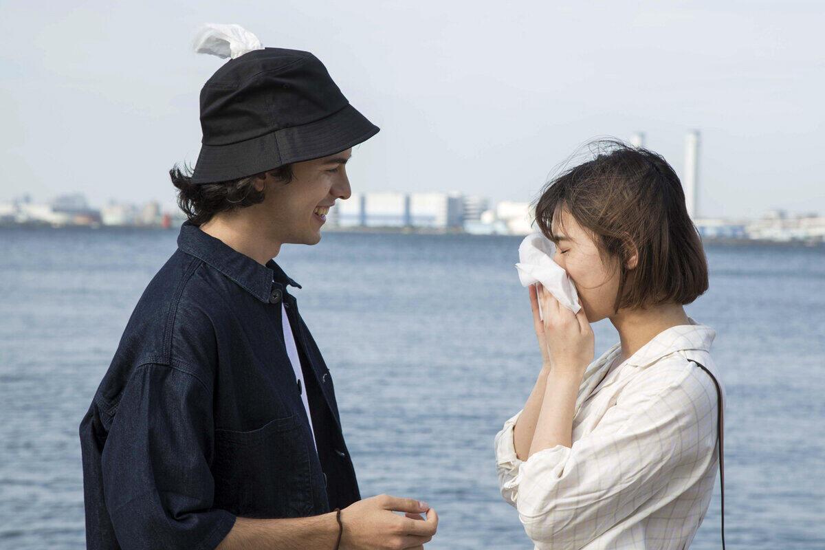 外で恋人が涙しても、帽子からポケットティッシュを取り出して渡せる