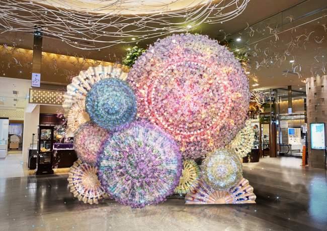 有楽町マルイ エントランスで展示される「HANABI FLOWERS」