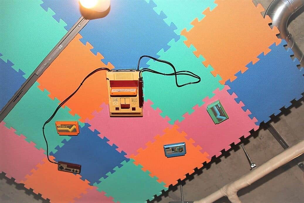 天井から視線が...と思ったら任天堂の家庭用ゲーム機「ファミリーコンピュータ」が!