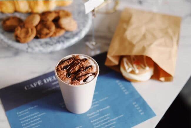 CIRCLE CUPは、ブルドーザーとパートナー契約する飲食店間で繰り返し利用するバイオマスプラスチック製の貸与専用カップ