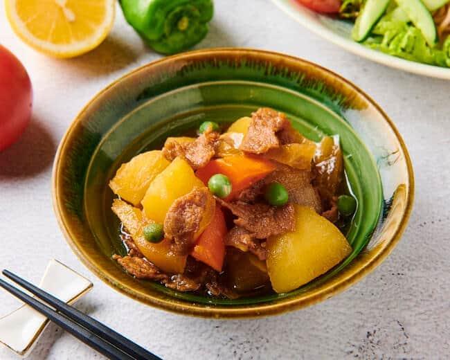 肉に風味や見た目を似せた、植物性タンパク質でできている「代替肉」を使用