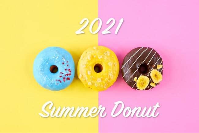 夏季限定販売の(左から)ブルーハワイドーナツ、マンゴー&パッションドーナツ、チョコバナナドーナツ