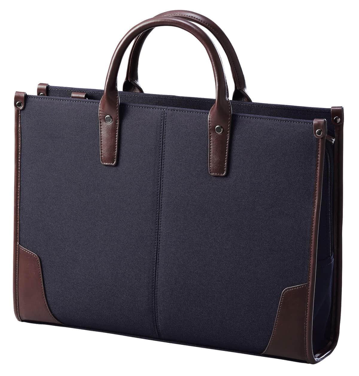 ショルダーベルトを使って肩にも掛けられる2WAY対応のビジネスバッグ
