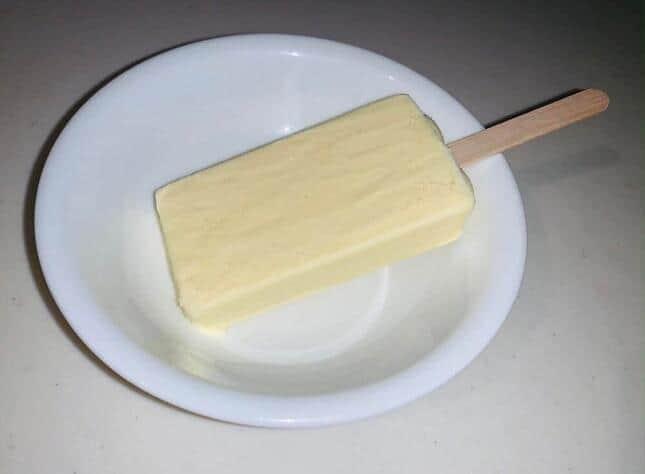 夏が終わってもアイスクリーム大人気 アップルパイバーにかじるバターアイス
