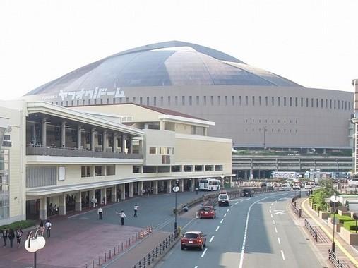 かつてのHKT48劇場(写真左)。ヤフオクドーム(写真奥)に隣接する商業施設に入居していた