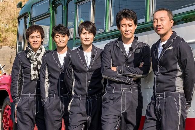 ロケバスの前に並ぶ「チームナックス」メンバー(左から森崎博之、安田顕、戸次重幸、大泉洋、音尾琢真=HTB提供)