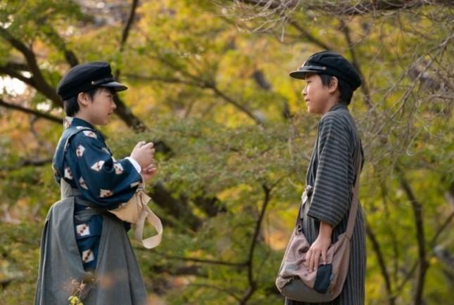 裕一(左)にハーモニカを返す鉄男(NHK「エール」の公式ホームページより)