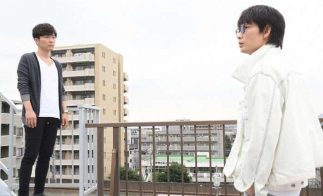 現場のビルの屋上で対決する2人(TBSの番組ホームページより)