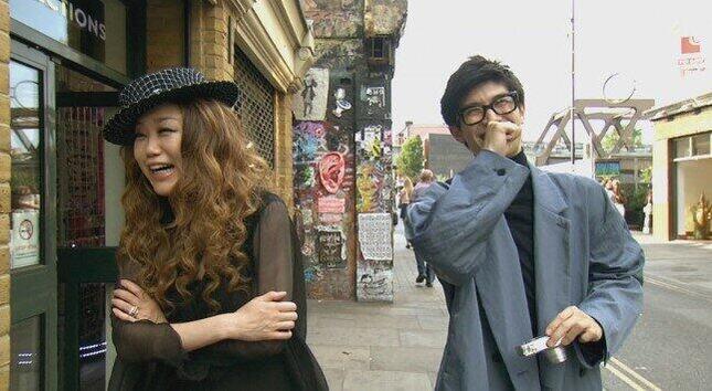 楽しそうに取材する三浦春馬さんとJUJU(NHKの「世界はほしいモノにあふれてる」公式Twitterより)