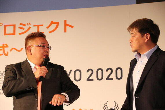 サンドウィッチマン、富澤(右)のボケに突っ込む伊達(左)=2019年7月撮影