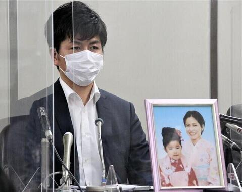 初公判後、真菜さんと莉子ちゃんの遺影とともに記者会見に臨んだ松永拓也さん