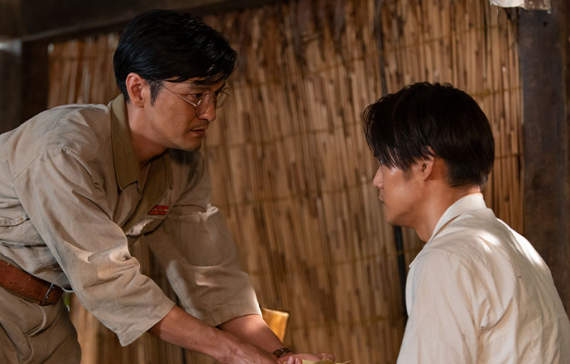 戦場で藤堂先生と再会する裕一。2人の現代風長髪に違和感の声(NHK番組公式サイトより)