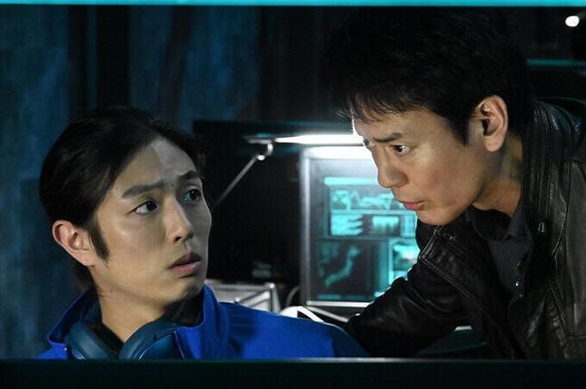 カードキーをすり替えようとする獅童現馬(右)(テレビ朝日「24JAPAN」公式サイトより)