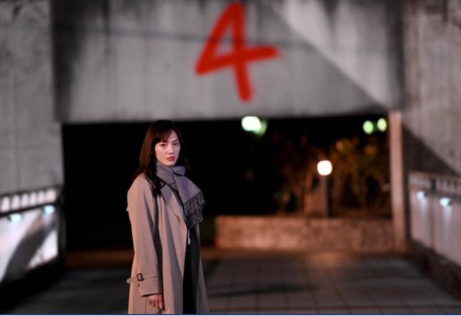 「4」の数字を見て動揺する彩子(魂は日高)(TBSの公式サイトより)