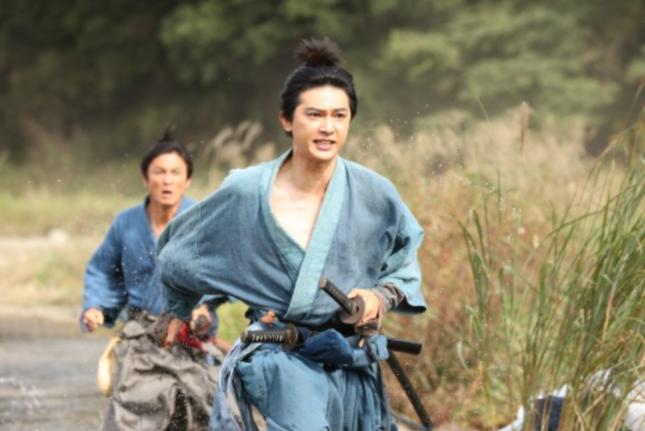 徳川慶喜を追いかける渋沢栄一(NHK「青天を衝け」公式サイトより)