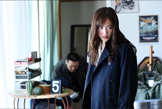 新たな犯行現場で「証拠」を探す彩子(魂・日高)(TBSの公式サイトより)