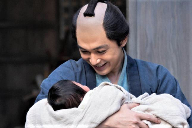 待望の赤ちゃんが生まれて喜ぶ栄一(NHKの公式サイトより)
