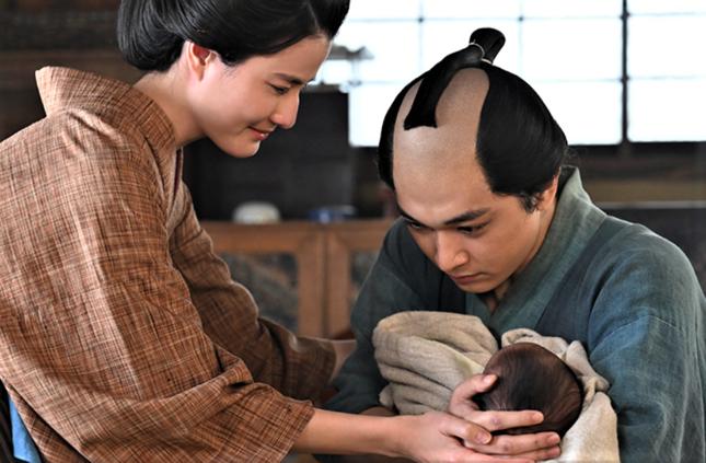 初めて娘のうたを抱いた栄一(NHKの公式サイトより)