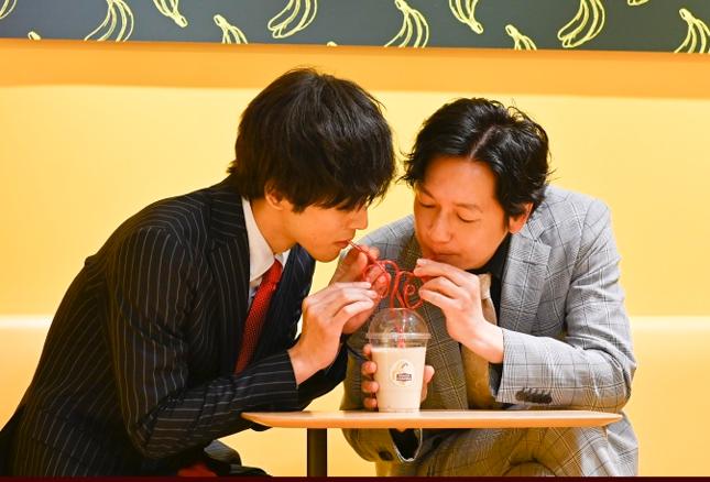 1本のストローでバナナジュースを飲み合うモモチとオジ巴(テレビ朝日の公式サイトより)