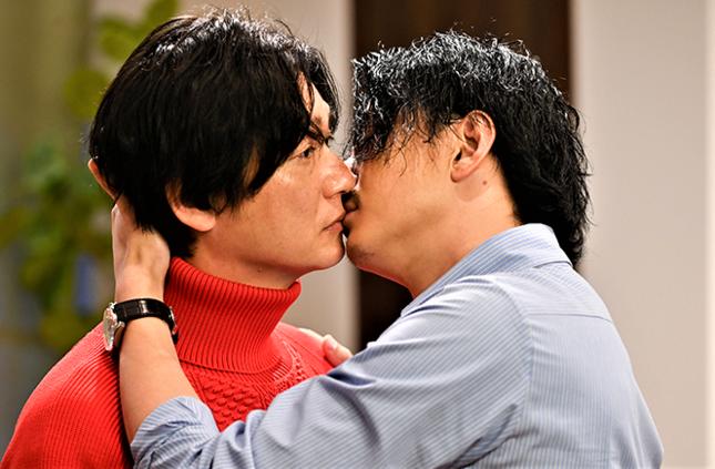 ついに三浦翔平のほうが先に井浦新とキスを(テレビ朝日公式サイトより)