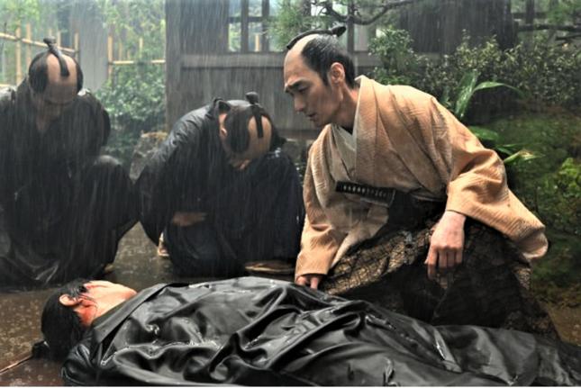 平岡円四郎の亡骸に声をかける徳川慶喜(NHK公式サイトより)