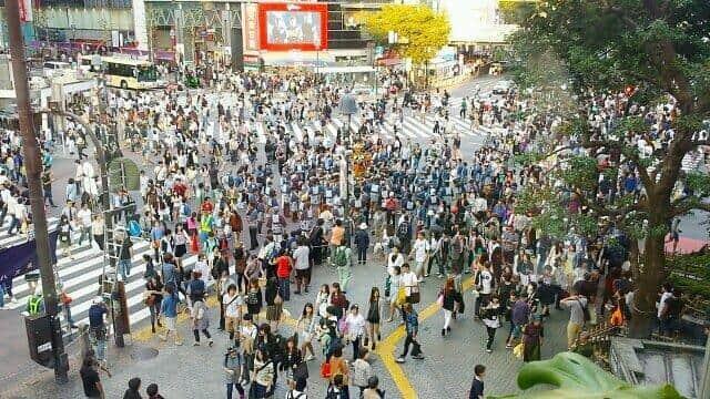 繁華街では人出が戻っている(写真は、コロナ前の渋谷スクランブル交差点)