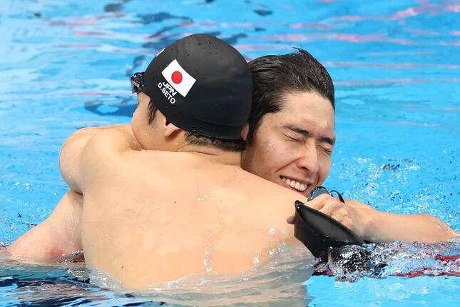 レース後、瀬戸大也選手(左)と萩野公介選手が抱き合った(写真:杉本哲大/アフロ)