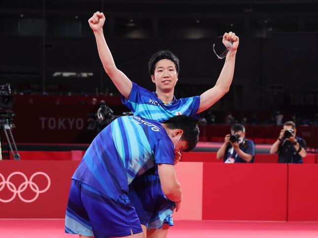 水谷隼選手(右)に張本智和選手が走り寄って抱きついた(写真:森田直樹/アフロスポーツ)