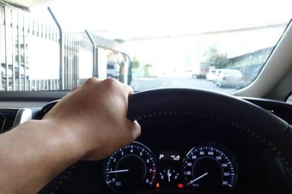 スマホながら運転は危険行為だ(画像はイメージ)