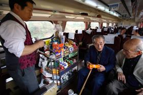 韓国縦断の旅に出た山口先生(右)と姜先生