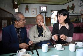 姜先生(左)はアウラジの女とあっという間に意気投合。携帯電話の番号を交換してしまった