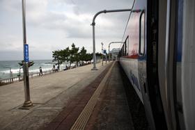 駅のホームの目前に海が迫る