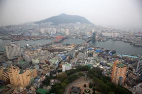 龍頭山公園の展望塔から、眼下に釜山港を見下ろす。この町も高層ビルの建設が急なようだった