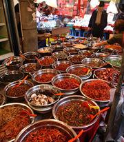 釜山の市場には様々な種類のキムチが売られていた