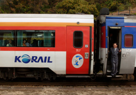 オレンジ色のラインが鮮やかな韓国鉄道公社(KORAIL)の車両