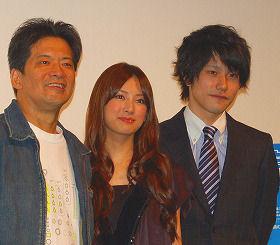 「この映画を見て楽観的になってほしい」と話した北川景子と松山ケンイチ(右)、森田芳光監督